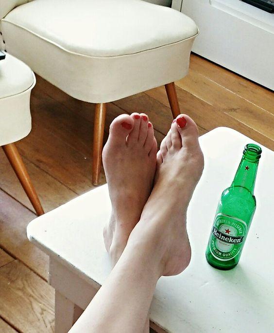Rode nagels en een biertje