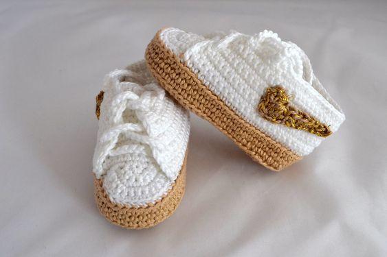 Sapatinho em forma de tênis imitando modelo Nike air force, confeccionado em linha. <br>Uma ótima opção para presentear o bebê de uma amiga, ou seu próprio bebezinho. <br>Tamanhos disponíveis para encomendas: <br>0 - 3 meses (9 cm) <br>3 - 6 meses (10 cm) <br>6 - 9 meses (11 a 11,5cm)