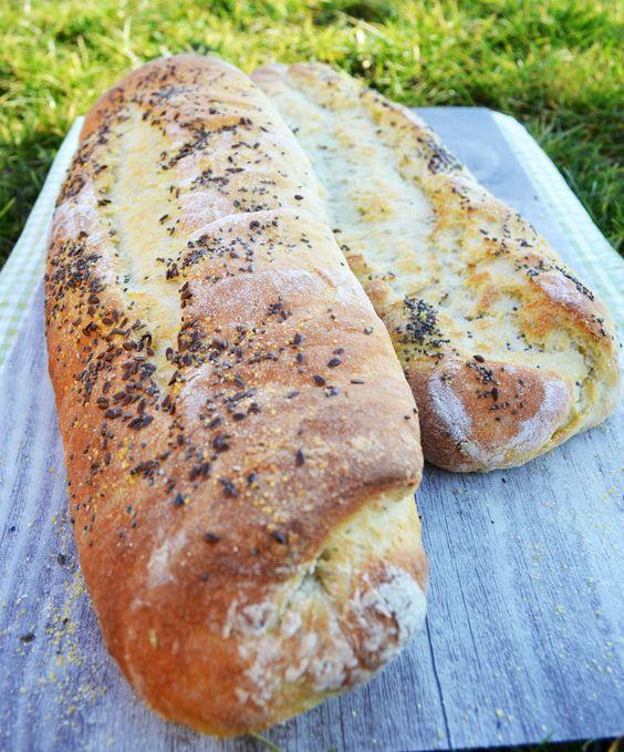 Ich bin in Brotback-Laune! Es gibt doch nichts Besseres als selbstgebackenes Brot zu genießen! Die letzten Tage, Wochen gab es bei uns jede Woche frisches Gebäck aus dem eigenen Ofen. Es geht einfa…