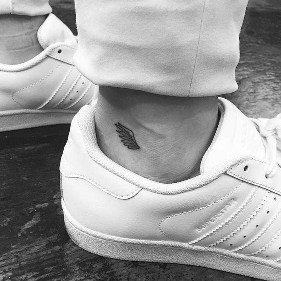 Tatuaje de un pequeño ala situado en el exterior del tobillo derecho. Artista tatuador: Jon Boy · Jonathan Valena: