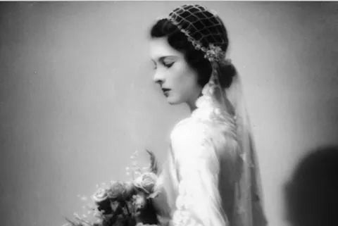 Vivien,aged 19,on the day of her wedding to Leigh Holman.December 1932.