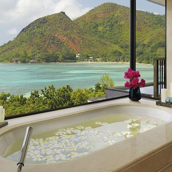 Bañera con gran paisaje.