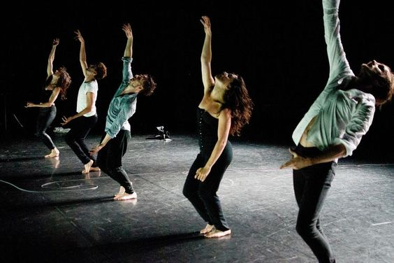 «The Black Piece», d'Ann Van den Broek. Dans une atmosphère méphistophélique, les cinq danseurs semblent suspects.