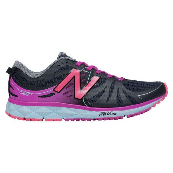 Chaussures de course de style épuré prêtes à relever le défi d'un entraînement intensif. Vous avez d'ambitieux objectifs? Ces chaussures offrent le soutien et la stabilité dont vous aurez besoin pour les atteindre et accumuler les kilomètres. De plus, leur poids léger se révélera un atout précieux durant vos séances de sprint.