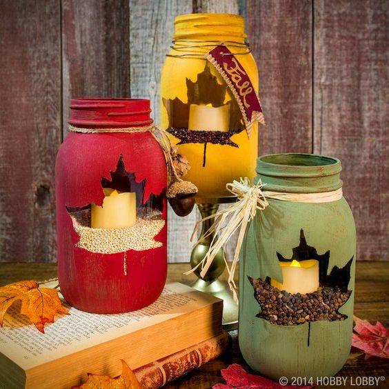 Herbst Windlicht ein Glas, wasserfeste Farbe (mit Latex mischen), ein Blatt echt oder Schablone. .. das Blatt aufs Glas legen... mit der Farbe bepinseln so das die Umrisse sichtbar sind... Rest des Glases anmalen, trocknen lassen, mit irgendwelchen Körnern oder dekokies füllen, Kerze rein dekorieren