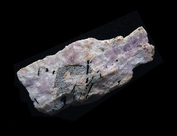 Gerasimovskite dans Ussingite (pseudom. de Vuonnemite) Lovozero, Kola, Russland Taille=46 x 22 mm Copyright rtbstone