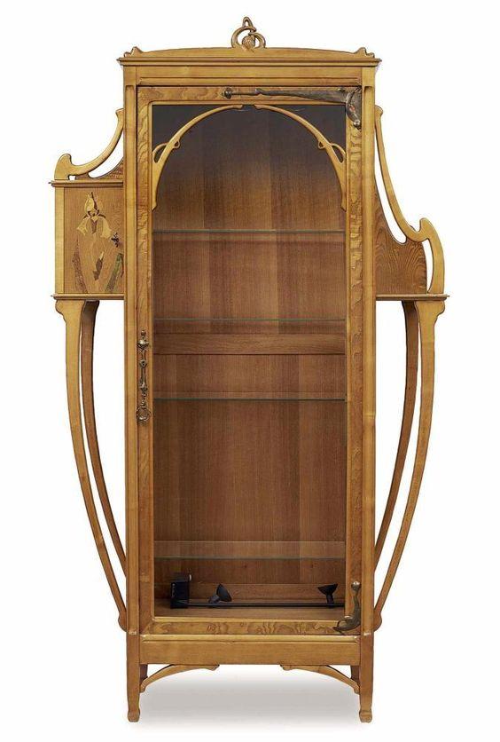 Vitrine Louis Majorelle, Nancy zugeschrieben, um 1900 Laubholz (Ahorn?). Verglaste Tür, Glasböde