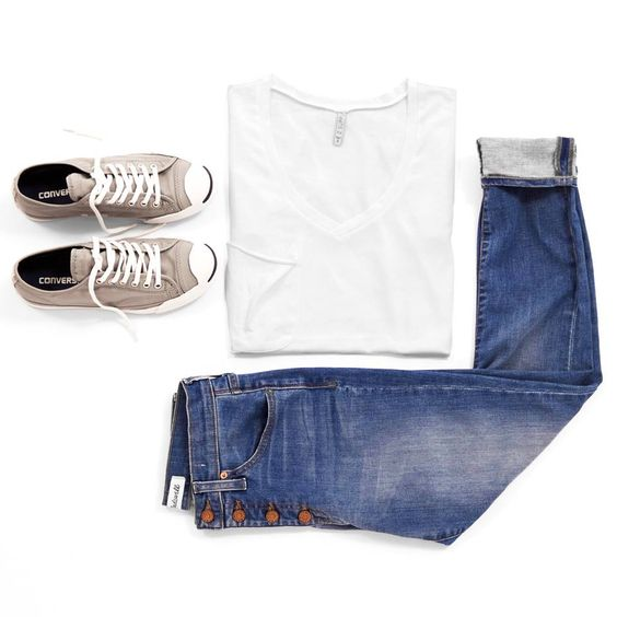 Jeans + sneakers + a tee = an absolute classic.