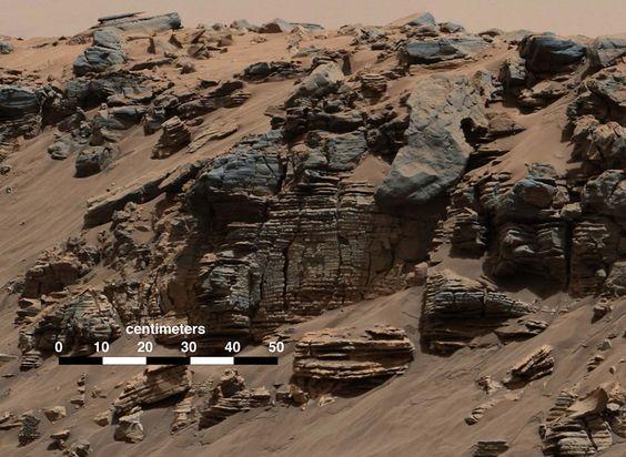 Fotografía de varias capas de rocas en Marte, captadas por el robot Curiosity, que forman un típico patrón de sedimentos de ríos.