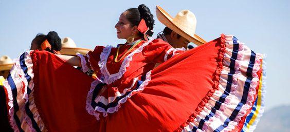En el imagen, el hombre y la mujer están vestidos con ropa de su cultura tradicional mexicana. Ropa mexicana moderna no difieren mucho de la ropa que usamos todos los días.