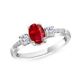 El anillo con rubi oval y diamantes DAMAN es un anillo de compromiso con rubi central oval de 7*5 y diamantes laterales en los brazos del anillo que acompañan y dan protagonismo a esta piedra preciosa roja que lleva en el centro de la alianza, sujetada por 4 garras.     Indicada para pedidas de mano que buscan una joya con rubi diferente, única y muy especial, así como para cualquier aniversario u ocasión especial. Puedes adquirirlo en www.joyeriaydiamantes.com