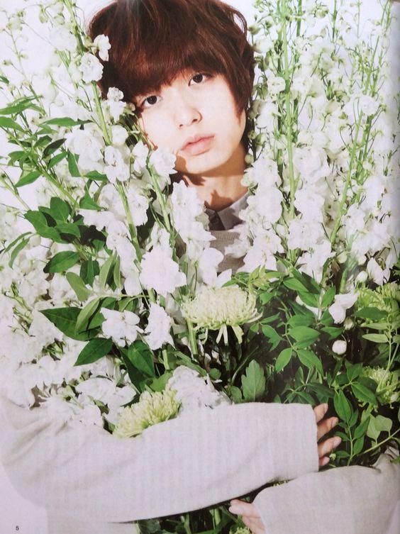 お花に囲まれる伊野尾慧
