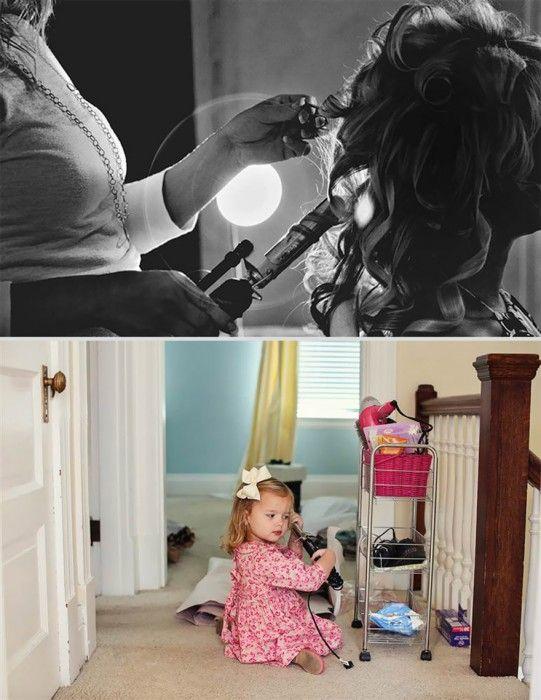 persona peinando a una mujer con el pelo rizado y niña intentando peinarse con una pinza para el cabello en medio del pasillo