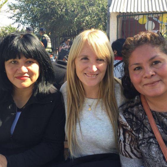 La Directora general de los Centros Integradores Comunitarios la Dra. Laura Cartuccia y la Vicepresidente de la Cooperadora Asistencial, compartiendo las fiesta patronal de la Virgen de Santa Rita con los vecinos del barrio