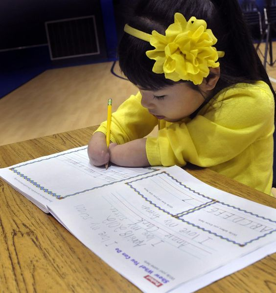 First Grader Sin Manos gana el Premio Nacional de Caligrafía