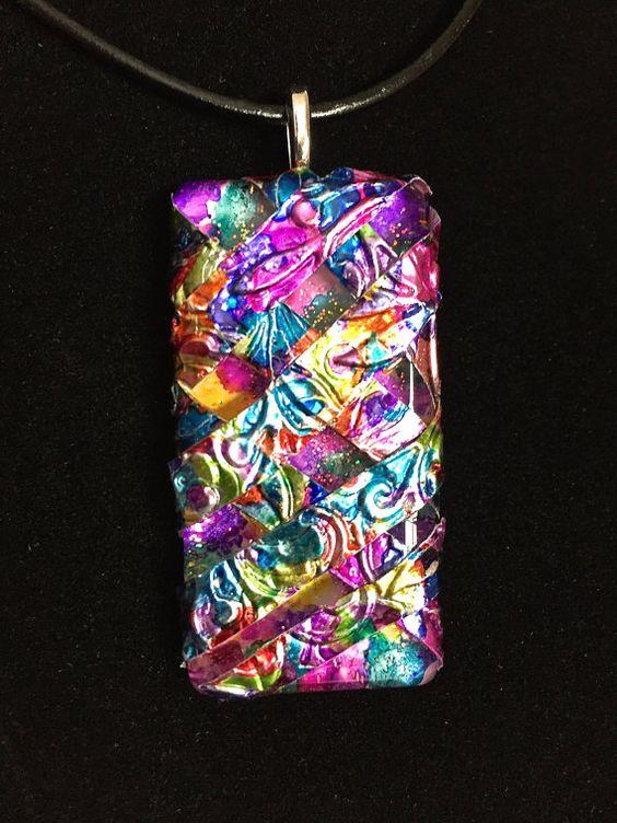 Couches de couleur et la texture de chevauchement pour créer un régal pour les yeux dans ce pendentif de tuile verre alcool dencre !  Fabriqué avec un 1 x 2 en carreaux de verre et la bande de papier qui a été peint et gravé main, ce pendentif sera un de vos préférés « aller à » bijoux quand vous habillez ou allez occasionnels. Cette pièce aurait également faire un cadeau unique pour que quelquun spécial dans votre vie. Pendentif est livré avec une chaîne de cordon réglable simili-cuir noir…