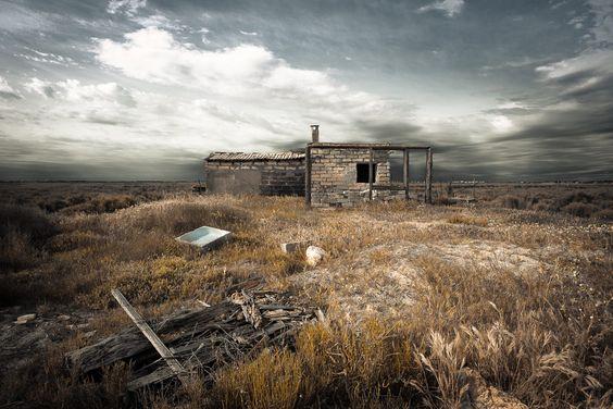 Cabane de pêcheur abandonnée sur les bords d'un étang en CAmargue