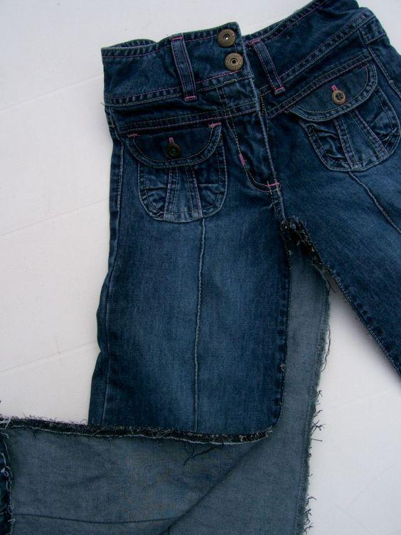 """Elise ne voulait plus d'un pantalon dont les jambes sont larges. """"Tu comprends, maman, les pattes d'éph, c'est plus la mode..."""" Me dit-elle du haut de ses 7 ans !!! Il n'était pourtant pas mal du tout !! Alors je l'ai transformé en jupe : Et voilà ! Comment..."""