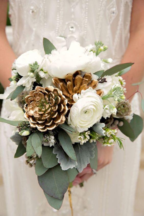 Imagen 23 Ramo de novia combinado con flores blancas y hojas verdes y también…