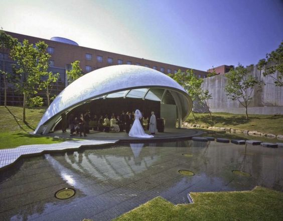 Elegant Japanese wedding chapel mimics curved leaves