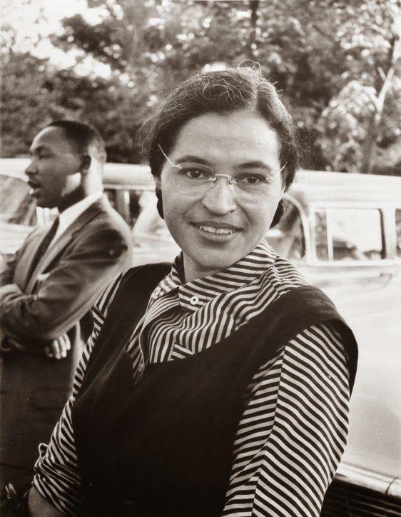 Rosa Parks (1913 - 2005) Rosa Parks foi uma costureira americana que ficou conhecida após recusar-se a levantar de seu assento no ônibus para dar lugar a um branco (durante a Segregação Racial Americana, homens e mulheres de cor não podiam andar na mesma calçada que brancos e deveriam ceder seus lugares no transporte público, além de várias outras limitações). Em 1932 casou-se com Raymond Parks, membro da Associação Nacional para o Progresso de Pessoas de Cor (NAACP), uma organização que…