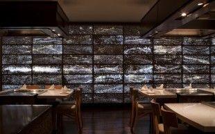 wa- die lebendige Wand von Fernanda Pizá bestehend aus polierten Recyclingglasflächen - in Beton versenkt und mit LEDs bestückt.
