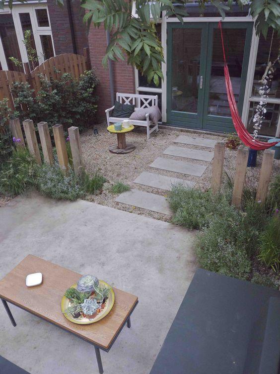 Dit tuinontwerp van een kleine stadstuin of patio met betonnen terras en loungebank realiseerden - Kleine design lounge ...