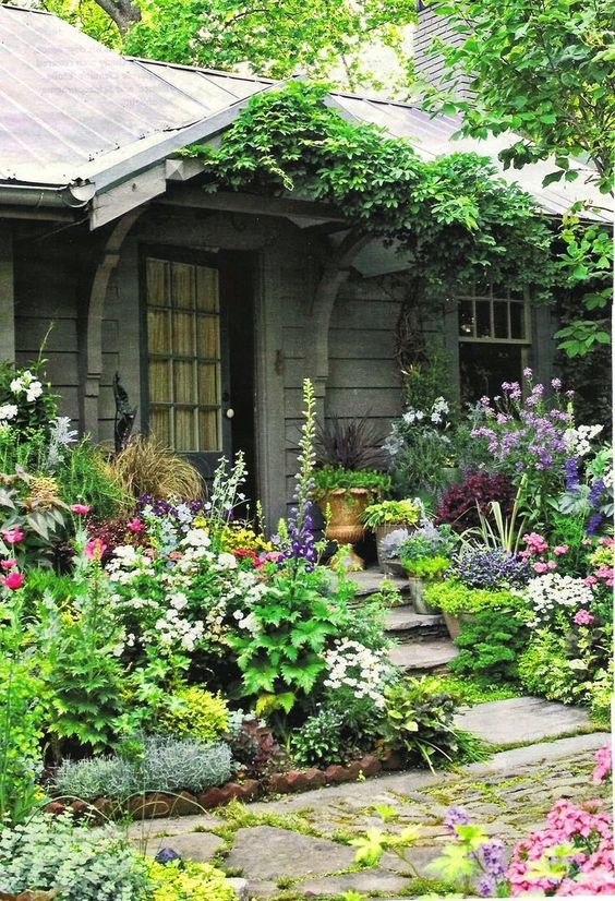 Summer style!! English style garden in front of an elegant gray-painted cottage entrance!