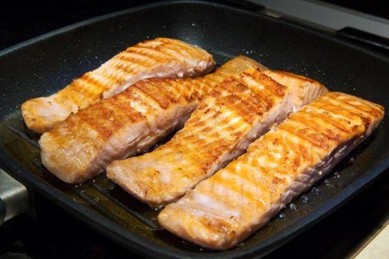 Cómo hacer salmón al horno con patatas. El salmón es uno de los pescados azules más saludables al ser rico en omega 3, beneficioso para el aparato circulatorio, además de reducir el colesterol malo, contener propiedades antiinflamatorias y ...
