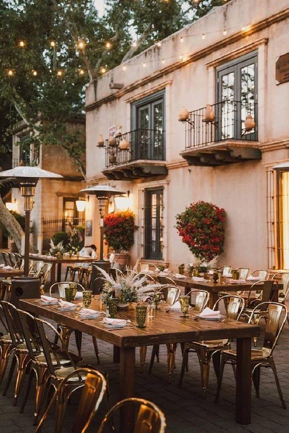 Tische in den Garten und ganz einfach eine Tiny Wedding zuhause feiern. Im September und Oktober noch ein paar Heizpilze dazu und schon habt ihr die genialste Stimmung.  Und wisst ihr was? Dazu noch einen Zieharmonika-Spieler, der südländische Lieder spielt und schon meint ihr, mitten in der Toskana zu sitzen. Versprochen!  Credits Instagram Post: @weddingstyle Repost: @brighteventrentals