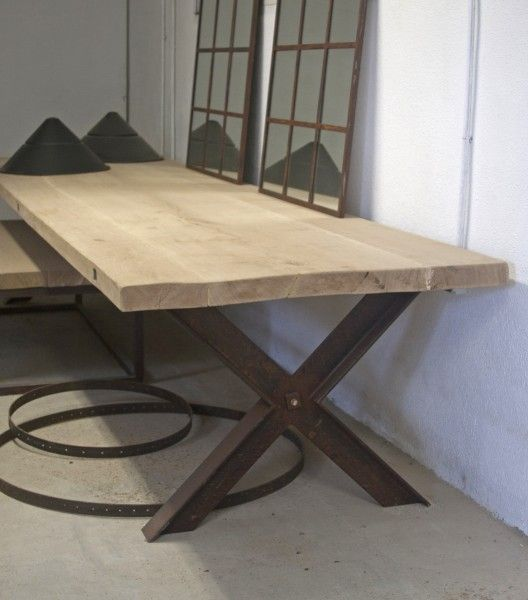 Mesa barcelona con patas fabricadas en hierro en forma de for Mesas diseno barcelona