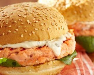Burger de saumon au fromage frais : http://www.fourchette-et-bikini.fr/recettes/recettes-minceur/burger-de-saumon-au-fromage-frais.html