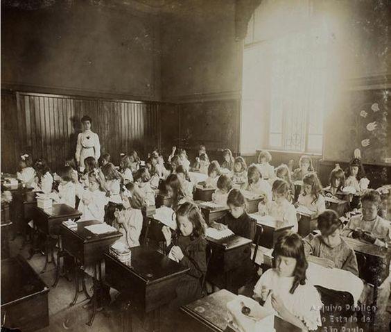 Meninas na aula de bordado. Escola Normal de São Paulo, 1908.