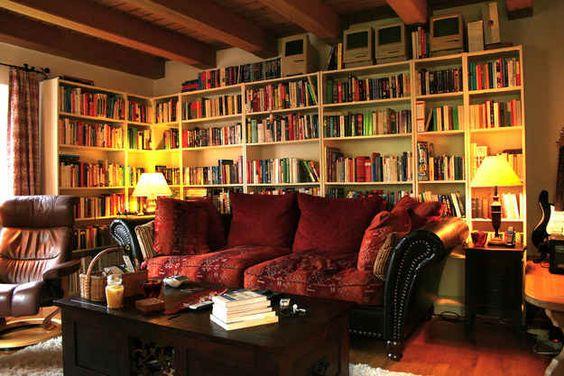 Esta sala seria o lugar perfeito para se sentar depois do trabalho e ficar lendo.