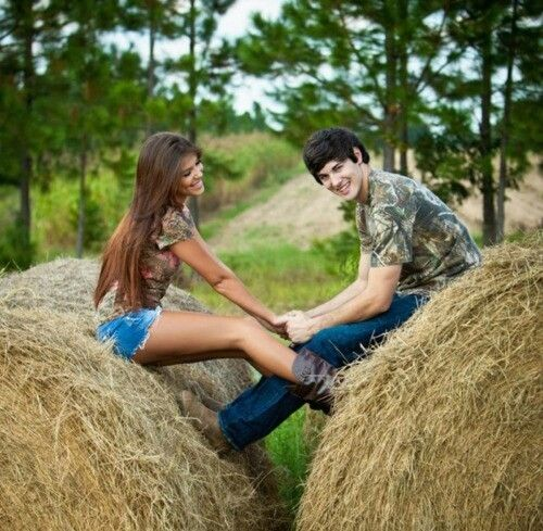 Senior Picture Ideas In The Country: Cute Couples Pose For Senior Pictures Or Engagement