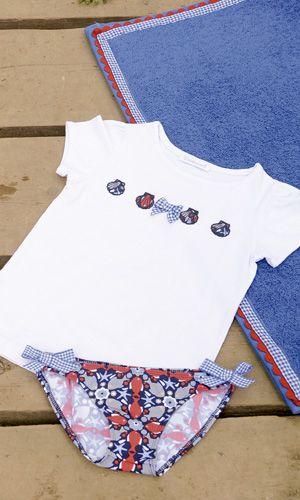 BRAGUITA, CAMISETA Y TOALLA FONDO MARINO. Braguita de lycra y camiseta fondo marino para niña, disponible de la talla 2 a la 8 años. Toalla fondo marino. Se venden por separado.