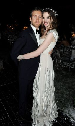 Anne Hathaway & Madonna Party With Valentino For New Year's Eve - MyDaily UK