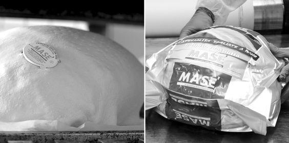 Una volta cotti, è il momento di avvolgere i #prosciutti in una morbida pasta di #pane e aromatizzarli con senape e spezie marine. Successivamente vengono  trasferiti nella sala confezionamento e avvolti in speciali confezioni sottovuoto per mantenere la freschezza e la fragranza che li rende cosi gustosi e speciali!   #cottomase #nuovaBrochure #madeintrieste #eccellenze #tradizione