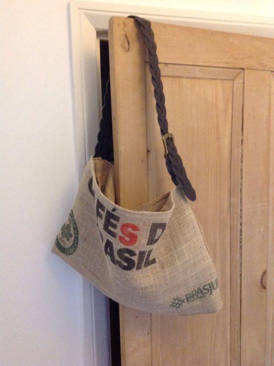 La nostra borsa messenger è la borsa ideale per prendere a lavorare. Misura 18 X 12 si adatta a tutte le occorrente, telefono cellulare, computer