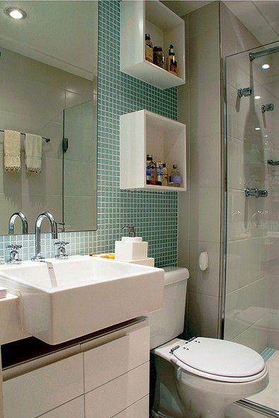 Por serem pequenas, as pastilhas coloridas azul-piscina se destacam e fazem o banheiro parecer maior. Detalhe: os nichos ajudam a organizar o ambiente: