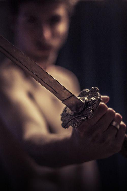 -Un día tendrás que tomar la espada Elain, ya sea por ti o por los que amas -Magnus me tendio el arma pero yo renegue de ella- si para entonces no lo has entendido temo que ni yo podre protegerte de lo que se avecina.: