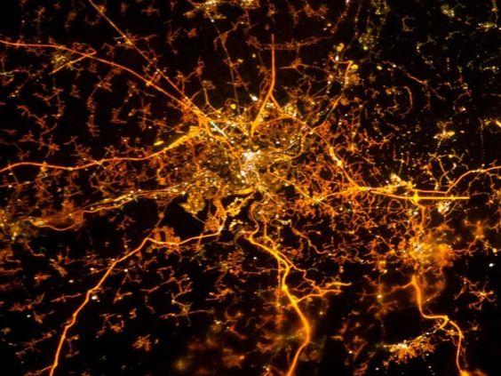 Vista noturna de Liège, na Bélgica