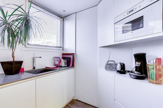 """Dans le XXe arrondissement de Paris, Anne a missionné l'architecte Manuel Sequeira pour revoir totalement l'agencement de son appartement de 65 m² afin d'en faire un espace """"girly""""."""