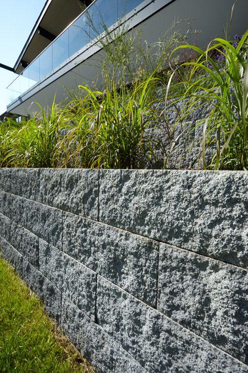 Das Muretto Mauersystem Macht Es Leicht Hoher Gelegte Beete Und Niedrige Stutzende Mauern Zu Gestalten Steine In Handlich Mauersysteme Gartengestaltung Mauer