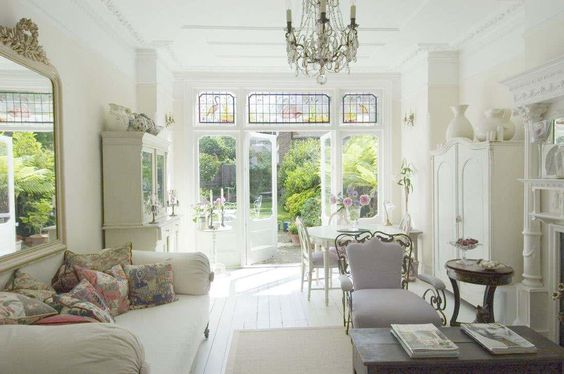 Love everything about this room - it's smart and elegant - and unlike some of my dream homes (which are really palaces LOL), this one is actually a possibility!
