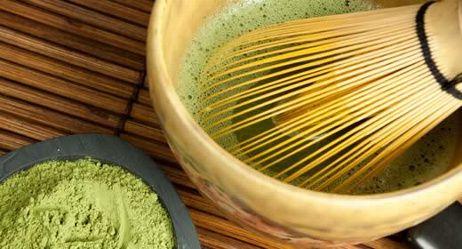 Matcha-Tee: Wie gesund er wirklich ist |  In Japan ist er Mittelpunkt von Teezeremonien. Auch hier leisten sich immer mehr Menschen das teure Trendgetränk. Ernährungswissenschaftler beurteilen das grüne Pulver kritisch. Plus: Leckere Rezepte mit Matcha