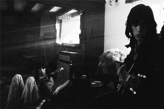 Keith Richards and Mick Jagger rehearsing at Keith's home in Redlands, 1968 (photo by Michael Cooper)
