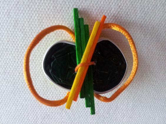 Broche verde y naranja maderitas 3,99€