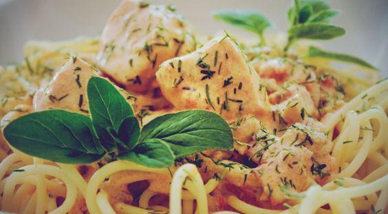 Heute verraten wir euch eines unserer Lieblingsrezepte: Lachs-Pasta mit Dill-Sahne-Sauce. Ein Gericht, das auch von ungeübteren Köchen ganz einfach und relativ schnell auf dem Herd oder einem geeigneten Gasgrill zubereitet werden kann. Viel Spaß beim Nachkochen und Probieren! :-)