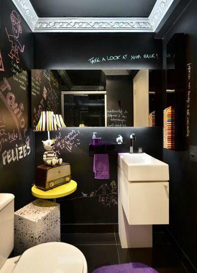 O lavabo foi revestido com tinta esmalte preta nas paredes e no teto, tornando as paredes uma lousa gigante.